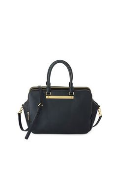 A new addition to our Marc by Marc Jacobs collection, the Goodbye Columbus tote is clean and simple for a timeless look. Features a top handle, adjustable cross-body strap and logo plaque detailing. 100% Cow Leather