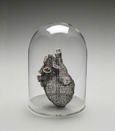 La artista Anne Mondro se dedica a crear sorprendentes corazones anatómicamente correctos. Lo hace tejiendo alambre de cobre enlatado con agujas de ganchillo, y los resultados son espectaculares.