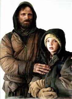 La Strada è il viaggio di un uomo e un bambino attraverso le rovine di un mondo…