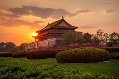"""https://flic.kr/p/nzBpXp   Beijing #14 - Sunset On Forbidden City   Canon 5D Mark II   Canon 24-70 f/2.8 USM I L   Press """"L"""" for View on Black   © All Right Reserved  My 500px: 500px.com/giuliorc  La Città Proibita fu il palazzo imperiale delle dinastie Ming e Qing. Esso si trova nel centro di Pechino, la capitale cinese. Per quasi 500 anni, ha servito come abitazione degli imperatori e delle loro famiglie, così come centro cerimoniale e politico del governo cinese. Costruita tra i..."""