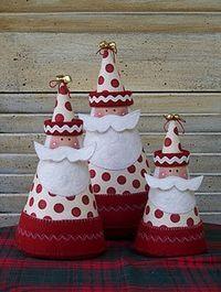 ------- Pais de Natal de Cartolina -------  Com pequenos cones de diferentes tamanhos, papel de feltro vermelho, branco e branco sujo se fazem estes Pais Natal muito fofinhos;)