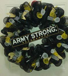 Army Strong! Cute DIY! Zeckford.com #ZeckFord Army Wreath, Military Wreath, Military Mom, Army Mom, Army Life, Army Soldier, Army Ranger, Army Crafts, Army Party