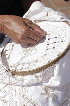 Renda Labirinto - desfia-se o tecido, une os fios e preenche os espaços com vários desenhos