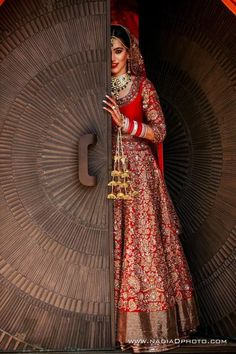 61 Fabulous Bridal Poses For The Stunning Bride-to-be Indian Bridal Lehenga, Indian Bridal Outfits, Indian Bridal Fashion, Indian Dresses, Indian Bridal Photos, Red Lehenga, Indian Bridal Wear, Indian Wedding Couple Photography, Bride Photography