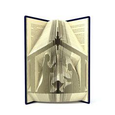 Il libro pieghevole modello consente la cartella creare questo modello unico di Natività per essere nel libro. Tutti i miei modelli di libro sono modelli misurare e riportare. È molto semplice da creare. Il risultato finale è così impressionante da guardare così come sembra grande in qualsiasi luogo della vostra casa. Per questo motivo avete bisogno di un libro con copertina rigida di 20 cm + alto, 506 + pagine Cosa si ottiene: 1) istruzioni + modello cuore libero (45 pieghe) alla…