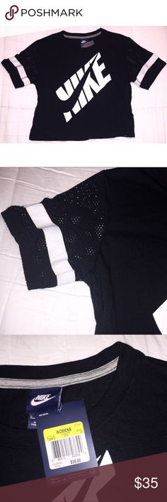🆕Chic Nike Crop Top✔️ 🆕Nike black cropped top with mesh sleeves in size small. In perfect condition, never worn!!✔️ Nike Tops Crop Tops