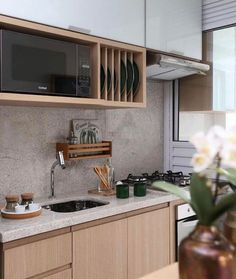 Cozinha compacta e super bem aproveitada {} Super interessante a ideia de fazer esses espaços para bandejas  Além disso adoro a madeira clara com o vidro branco deixa a cozinha super aconchegante
