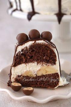 Easy Cake : Chocolate banana cake Biscuit wreath with bananas, Quick Dessert Recipes, Easy Cookie Recipes, No Bake Desserts, Banana Sponge Cake, New Cake, Banana Recipes, Food Cakes, Chocolate Desserts, Cake Chocolate
