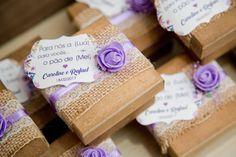 Lembranças de Casamento: Caixinha de mdf com pão de mel. Foto: @patylopesfotografia   #casamento #lembranca #paodemel #rustico #caixamdf #wedding #lilas #lembrancadecasamento #ideias
