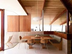 The dining area of the Schneidman House designed by A. Quincy Jones in Los Angeles. See more clicking on the image.