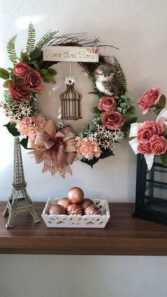 Guirlanda bem-vindos 50cm Diy Fall Wreath, Xmas Wreaths, Wreath Crafts, Summer Wreath, Ribbon Wreaths, Tulle Wreath, Floral Wreaths, Winter Wreaths, Burlap Wreaths