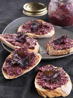 Halloween: small purple tapenade breads tastes good with pumpkin soup/tapenadeleipäset maistuvat kurpitsakeiton kaverina