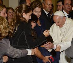 La mandataria de Brasil, Dilma Rousseff (c), observa al papa Francisco (d) saludando a un niño ayer, lunes 22 de julio de 2013, en el Palacio Guanabara, en Rio de Janeiro.