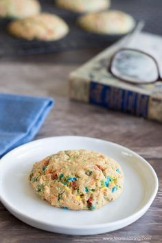 This easy FUNFETTI cookie recipe makes the best gluten free cookies! If you love colorful sprinkles, these gluten free funfetti sugar cookies are going to become your favorite. Quick and easy to make, perfect for a party! Gluten Free Costco, Best Gluten Free Cookies, Gluten Free Donuts, Gluten Free Cookie Recipes, Gluten Free Sweets, Gluten Free Cakes, Paleo Recipes, Dessert Recipes, Funfetti Cookie Recipe