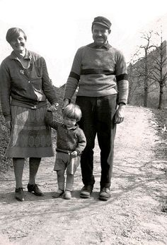 """American Author Ernest Hemingway with then-wife Elizabeth Hadley Richardson and son John Hadley Nicanor """"Jack"""" Hemingway (aka """"Bumby"""") in Schruns, Austria 1926 Ernest Hemingway, Margaux Hemingway, Hemingway Frases, Hemingway Cuba, Hadley Richardson, The Paris Wife, New York Times, The Sun Also Rises, Writers And Poets"""