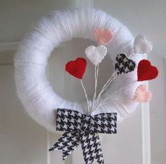 Love this yearn wreath for Valentine's day, love the hounds-tooth!