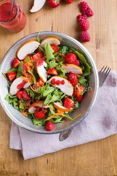 #LIGHTRECIPE - Strawberry salad with smoked chicken