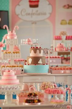 Vamos começar a semana com uma decoração luxosa.Hoje no blog tem Festa Confeitaria!!Venha se apaixonar, como eu me apaixonei por cada detalhe.Imagens do site Splash Party.Lindas ideias e muita i...