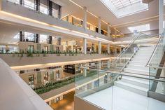 El Centro Comercial Soho Mall, un exclusivo proyecto concebido para el lujo en el centro financiero de #Panamá. Destaca la luminosidad, amplitud y continuidad del espacio con el #porcelánico todo masa URBATEK - #PORCELANOSA Grupo. #architecture #commercial #building #design #interior