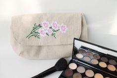 Kosmetik & Kulturtasche, Clutsch, Stoff Tasche, Make up Tasche, Motivstickerei Blume von Schrejderiha auf Etsy