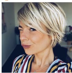 6 Lovely Short Haircuts For Straight Hair That You Should Try Adorable short blonde straight haircut Short Hair With Bangs, Short Hair Cuts, Short Fine Hair, Wavy Hair, Shag Hairstyles, Short Straight Hairstyles, Short Blonde Haircuts, Hairstyles Videos, School Hairstyles