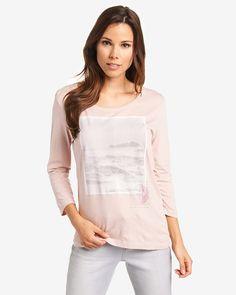 Longsleeve    Leichtes Shirt mit 3/4 langen Ärmeln aus einer weichen Material-Mischung mit Baumwolle und Modal. Der großflächige Print mit dekorativen Schriftzügen verleiht dem lässigen Shirt eine modische Akzentuierung Aus 50% Baumwolle, 50% Modal....