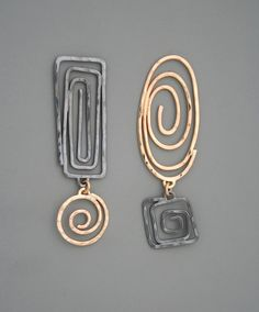 Un elemento es el oro el otro es oscuro plateado en estas pendientes. Cada componente es fabricado a mano en lleno de oro de 14k o en plata de ley.