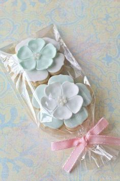 White & Mint Wedding Favours (cookies in pretty shapes in plastic wrap with bows) Mint Cookies, Iced Cookies, Biscuit Cookies, Cute Cookies, Summer Cookies, Fondant Cookies, Cupcake Cookies, Easter Cookies, Baby Cookies