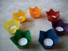 Adventsspirale aus kleinen Papierwindlichtern in Regenbogenfarben