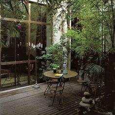 Une terrasse avec un rideau végétal