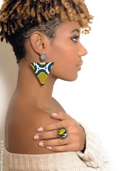 Earrings in African fabric triangle shape that will give a touch of originality to your outfit. Opt for a look original and trendy, the Afro-Chic look. Rose Gold Jewelry, Rose Gold Earrings, Unique Earrings, Diy Earrings, Flower Earrings, African Earrings, African Beads, African Jewelry, Textile Jewelry