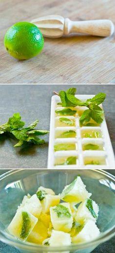 Me voy a comprar unas cubeticas para hacer unas así... ayudaría a tener agua saborizada de inmediato. - Frozen Limeade Cubes for Cocktails & Ice Tea