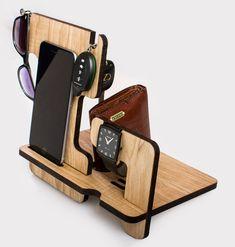 Este personalizado combinado Docking Station con la posibilidad de instalar Iwatch dispositivo de carga. Hecho de madera maciza de Fresno. Color: natural. Este regalo por favor a alguno. Una excelente oportunidad para hacer un regalo a un cumpleaños o un aniversario. Este sostenedor de