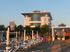 La spiaggia aspetta impaziente che gli ospiti del Blu Suite Hotel si sveglino, per una nuova giornata di mare, d'amare!