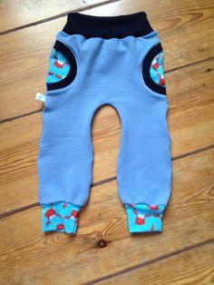 und noch eine cozy pants nach dem schnitt von kid5! dieses mal in gr 86. aus tollem kuschelsweat, mit dunkeldunkelblauem bündchen und krabbenjersey ;)