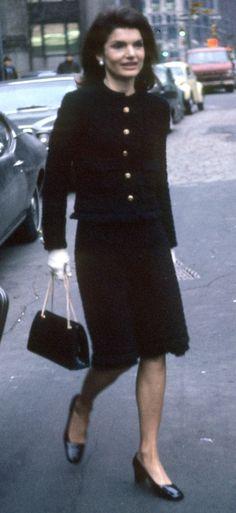 Jackie Kennedy-Onassis wearing Chanel - this could easily be worn today. The classic Chanel silhouette. Jacqueline Kennedy Onassis, Jackie Kennedy Style, Les Kennedy, Jaqueline Kennedy, John Kennedy, Jackie Oh, Bouchra Jarrar, Chanel Jacket, Mode Vintage