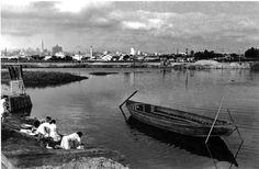 Foto de 1940, mostra lavadeiras com seus hábitos cotidianos, esfregando suas roupas nas margens do Rio Tietê. Em segundo plano, do lado esquerdo, vê-se o Edifício do Banespa e o Martinelli. E do lado direito, vê-se as torres da Estação da Luz e da Estação Júlio Prestes.