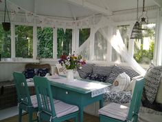 Tarjan koti ja piha: Vihdoin lämmintä Koti, Screened In Porch, Sunrooms, Outdoor Furniture, Outdoor Decor, Porches, Ideas Para, Table Decorations, Bed