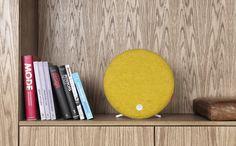 Loop de Libratone est une enceinte sans fil au design original inspirée de la tradition scandinave et imaginée par Libratone, une entreprise danoise. De forme circulaire, Loop possède un double support pour la poser ou pour un montage mural. Sa housse en laine italienne, disponible en plusieurs coloris est interchangeable. Loop fonctionne avec un iPad, un iPhone, un système Android ou un ordinateur Mac/PC, via la technologie AirPlay ou DNLA. - Prix : 499 euros - www.libratone.com