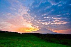 """【画像は、秋の早朝の「朝霧高原」。視界が開けた高原から望む「富士山」は、""""男富士""""ともよばれ、実に雄大。】"""