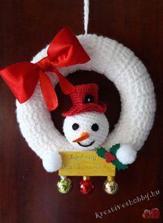 Horgolt téli ajtódísz Crochet Ornament Patterns, Crochet Ornaments, Christmas Crochet Patterns, Christmas Knitting, Christmas Wreaths, Christmas Decorations, Christmas Ornaments, Holiday Decor, Crochet Wreath