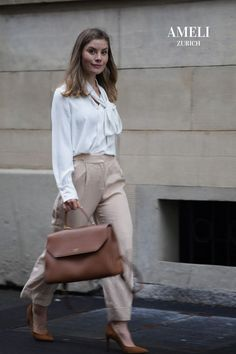 We love this minimal look with our BELLEVUE leather handbag in Cognac. Don't you think it's the perfect versatile colour for autumn? Shop it now on our website! | AMELI Zurich Zurich, Minimal Look, Leather Handbags, Fall Outfits, Midi Skirt, Business Outfits, Chic, Skirts, Autumn