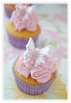 Mini cupcakes de violeta con mariposas metálicas