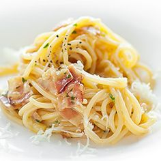 Carbonara. Oryginalny włoski przepis na Spaghetti alla carbonara. Makaron z wędzonym boczkiem, jajkami, serem pecorino, pieprzem i natką pietruszki. Spaghetti, Pierogi, Pasta, Cooking, Ethnic Recipes, Drinks, Food, Kitchen, Instagram