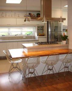 Organização da cozinha, relação com a janela, posição da geladeira. Cor da bancada e armários
