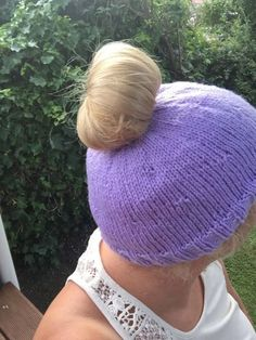 Free knitting pattern for a messy bun or ponytail hat.