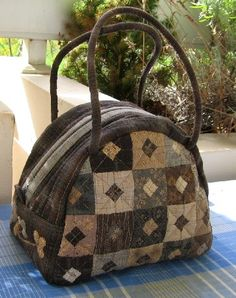 Attractive design, diamonds in larger squares. Nice in the neutrals too. Japanese Patchwork, Japanese Quilts, Patchwork Bags, Quilted Bag, Japanese Bags, Diy Sac, Handmade Purses, Basket Bag, Fabric Bags