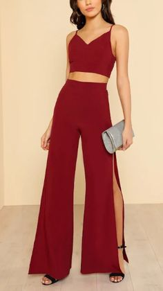 Top bordó y pantalón a juego. Tiro alto y abertura a media pierna. Itscaelo Two Piece Jumpsuit, Jumpsuit Dress, Grunge Outfits, Fashion Outfits, Womens Fashion, Semi Formal Outfits, Formal Dresses, Celebrity Style Dresses, Fiesta Outfit