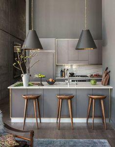 Imagem 08 – Cozinha moderna grafite com destaque para os lustres
