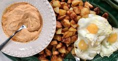 Bravas (spanska potatisklyftor) är ett måste till tapas! Här serveras de med paprika-aioli och stekt ägg.